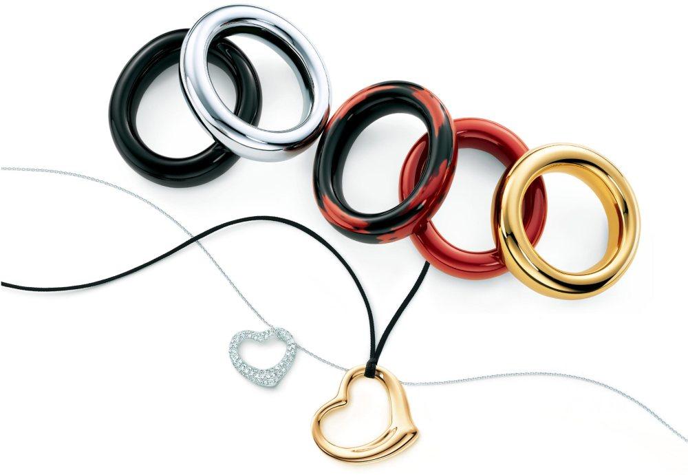 Elsa Peretti crea fluidas lineas y formas sensuales para deleitar la mirada y fusionarse con el cuerpo. Se le acredita el haber dado a la plata su orgulloso lugar en el diseño de joyería y crear joyas de diamante que se pueden usar en la vida diaria.