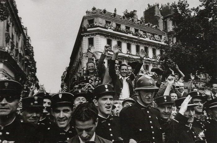 Campos Elíseos en la liberación de París, por Robert Capa, 1944.