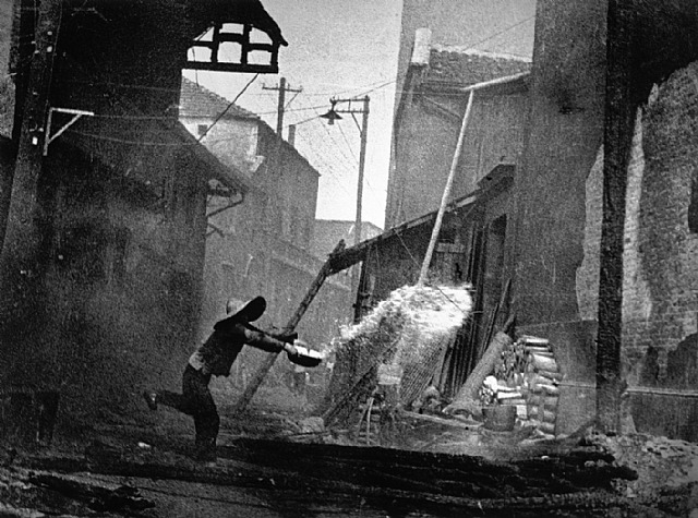 Calle china después de un ataque japonés. Robert Capa.