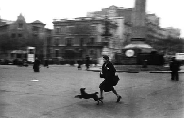 Fotografía durante un bombardeo, por Robert Capa, 1939.