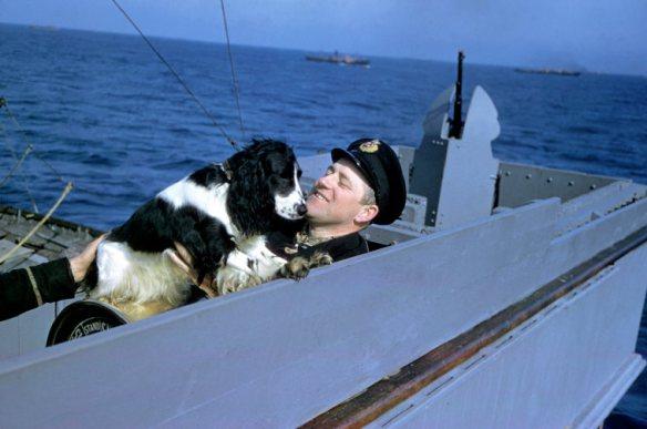 Marinero juega con un perro en la travesía por el Atlántico, 1941.