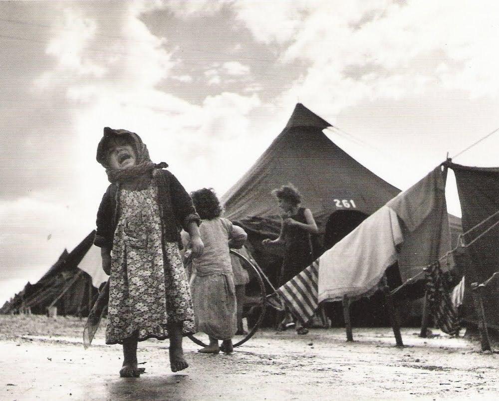 Fotografía de Robert Capa en un campo de refugiados durante su viaje a Israel, 1950.