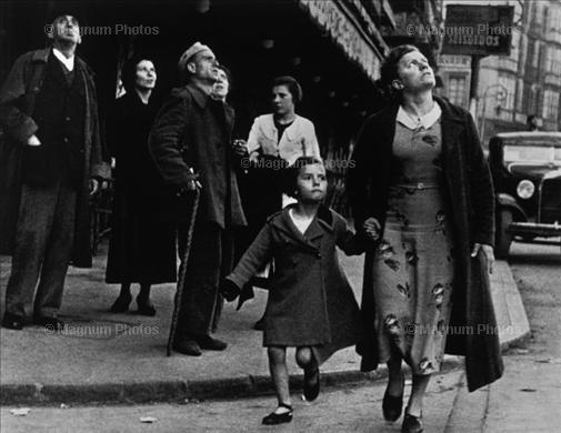 Mujer atenta a los bombarderos durante la Guerra Civil, de Robert Capa. Propiedad de Magnum Photos.