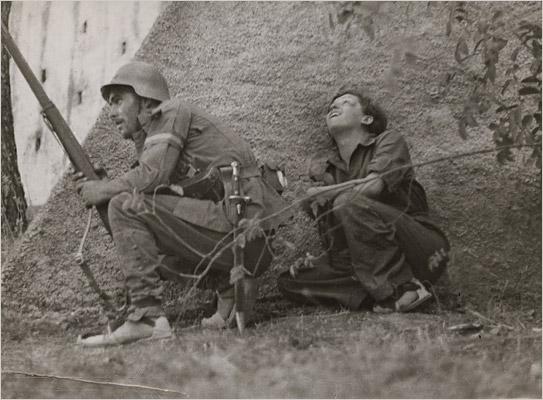Gerda Taro junto a un soldado republicano durante la Guerra Civil.