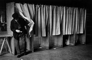Cabinas para votar en Francia, 1936, Robert Capa.