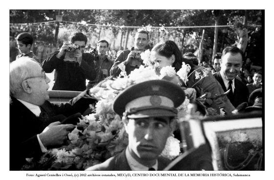 El presidente Azaña y, al fondo, Robert Capa, fotografiados por Agustín Centelles, otro de los grandes de la fotografía. Barcelona, 1938. Fuente: Fondo Centelles