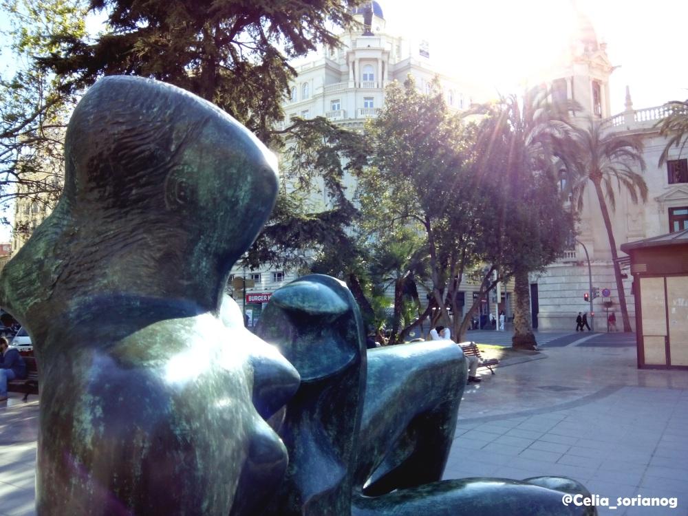 Madre e hijo reclinados, de Henry Moore, en la Plaza del Ayuntamiento de Valencia