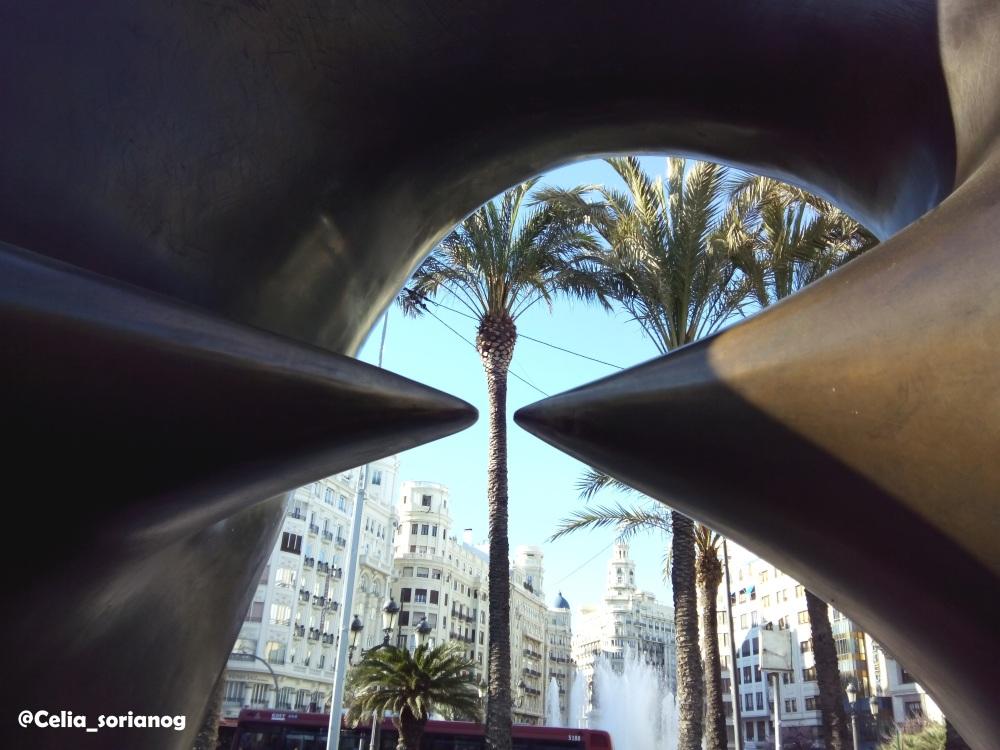 Detalle de Óvalo con puntos, de Henry Moore, en Valencia