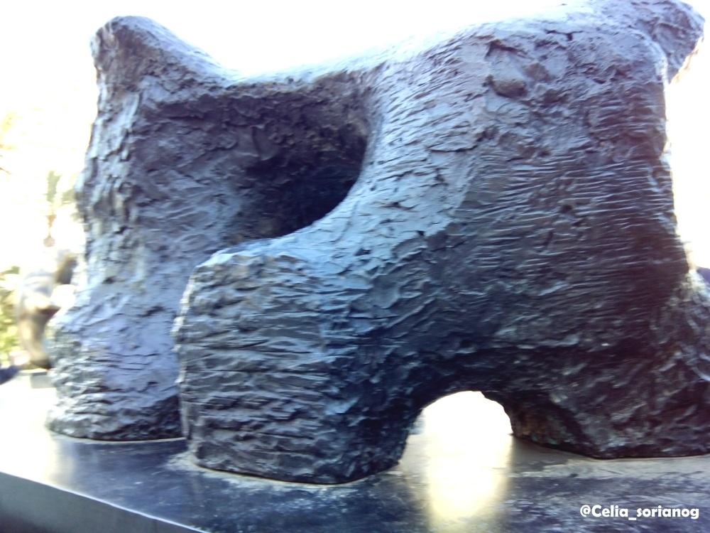 Figura reclinada en dos piezas, de Henry Moore, en la Plaza del Ayuntamiento de Valencia