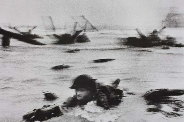 Fotografía en las playas durante el desembarco de Normandía, por Robert Capa.