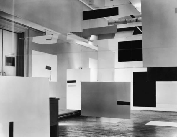 an Exhibit (en asociación con Victor Pasmore y Laurence Alloway), 1957. Vista de instalación en ICA, 17 Dover Street, Londres, 1957